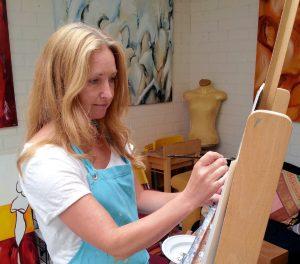 elra schildert in atelier